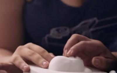 Huggies ofrece una ecografía en 3D para que madres ciegas conozcan a su bebé