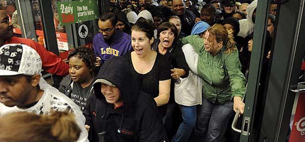 Personas entrando en una de las tiendas del Black Friday