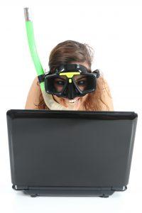 buceando en internet - redes sociales en vacaciones